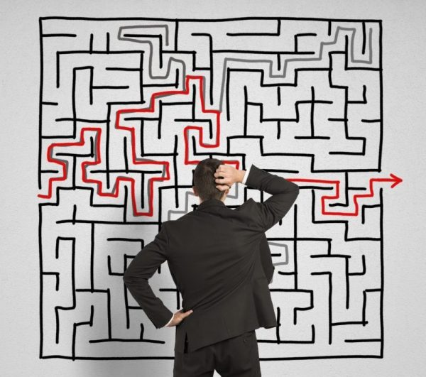Man står framför en labyrint.