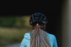 cyklist med hjälm